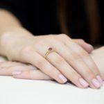 fajny pierścionek na palcu